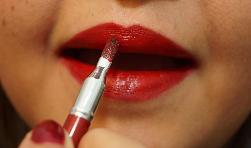Lippenstift mit Pinsel auftragen