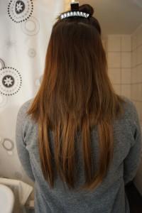 Ich ziehe den zweiten Scheitel und lege dabei einige Haare über die erste Tresse.