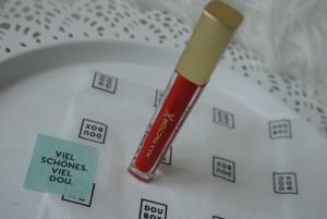 Das hochpigmentierte und nicht klebende Lipgloss in der Farbe Captivating Ruby von Max Factor ist mein absoluter Liebling dieser Box!