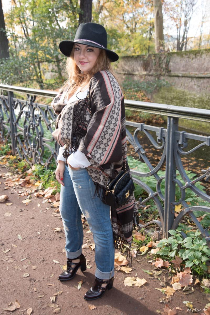 Herbstoutfit mit neuem Poncho, Hut, Jeans und weisser Bluse