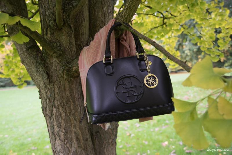 perfekte Herbstbegleiter Gucce Stola und Guess Handtasche