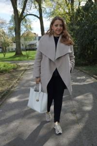 Outfit: Zara Mantel, Furla Tasche und Sasha Sneakers