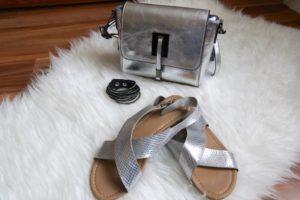 Schuhe und Tasche in Metallic Silber