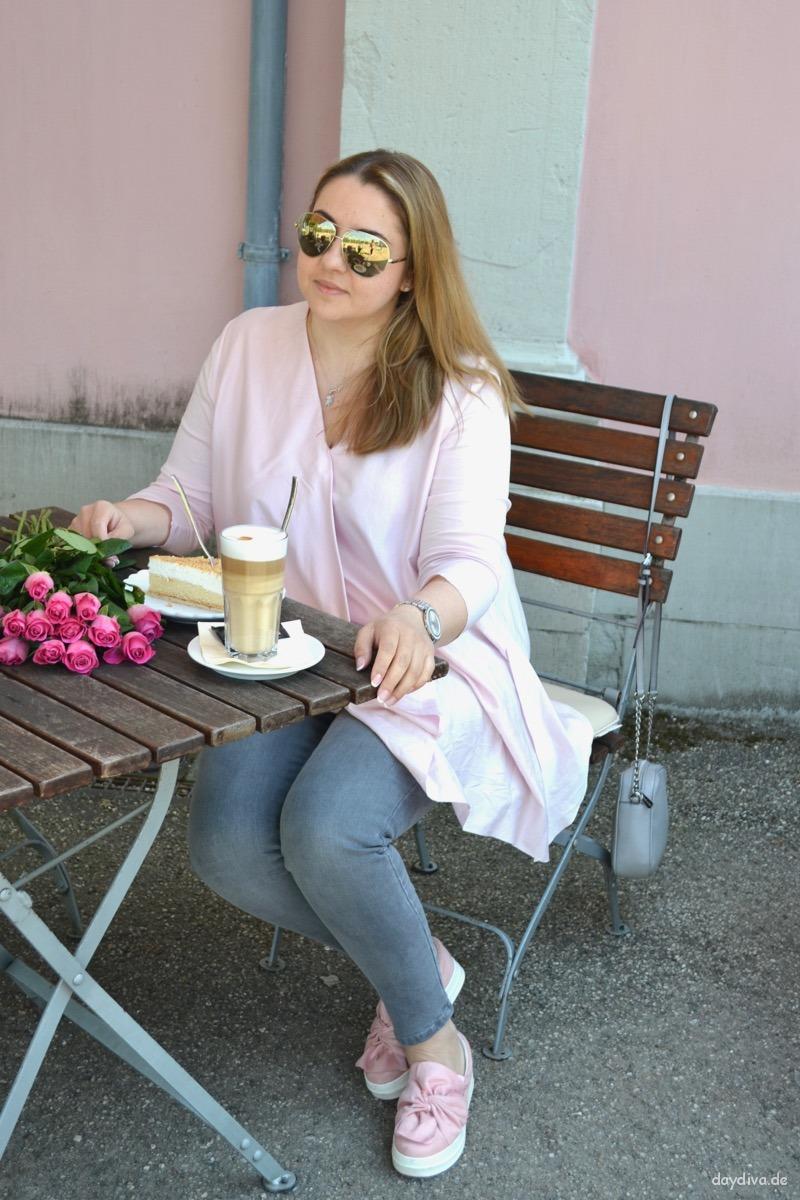 Im COS Faltentop entspannt einen Kaffee genießen
