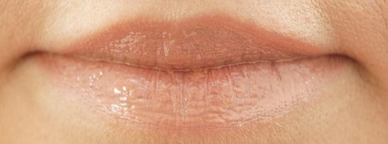 Lippenstift und Lipgloss aufgetragen, mit Blitz