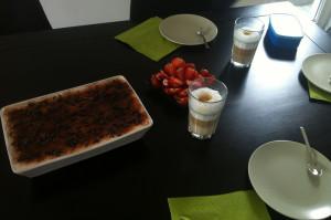 selbtgemachtes Tiramisu mit frischen Erdbeeren und Latte Machiatto