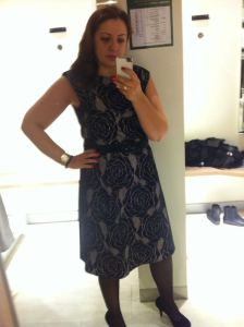 schwarzes Kleid mit rosen a-linie
