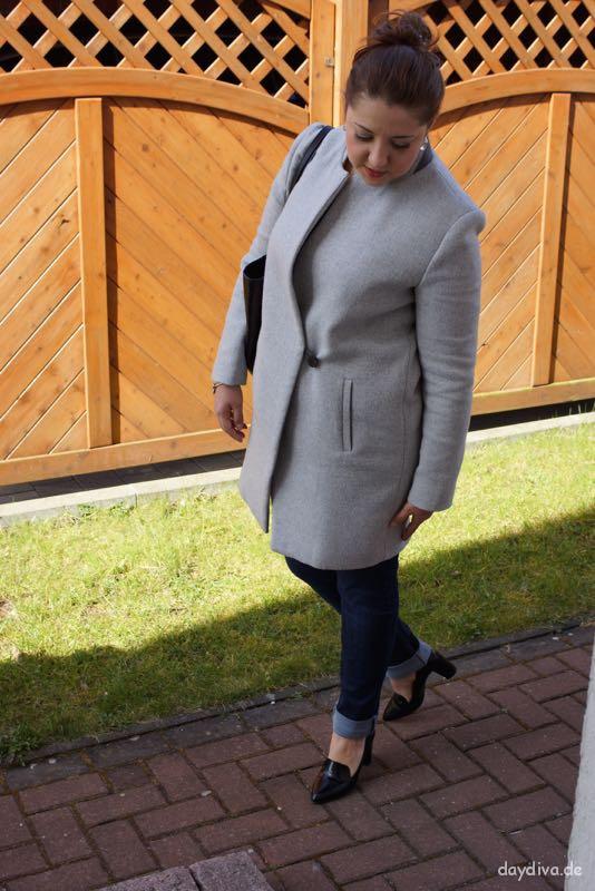 jeans pumps grauer mantel