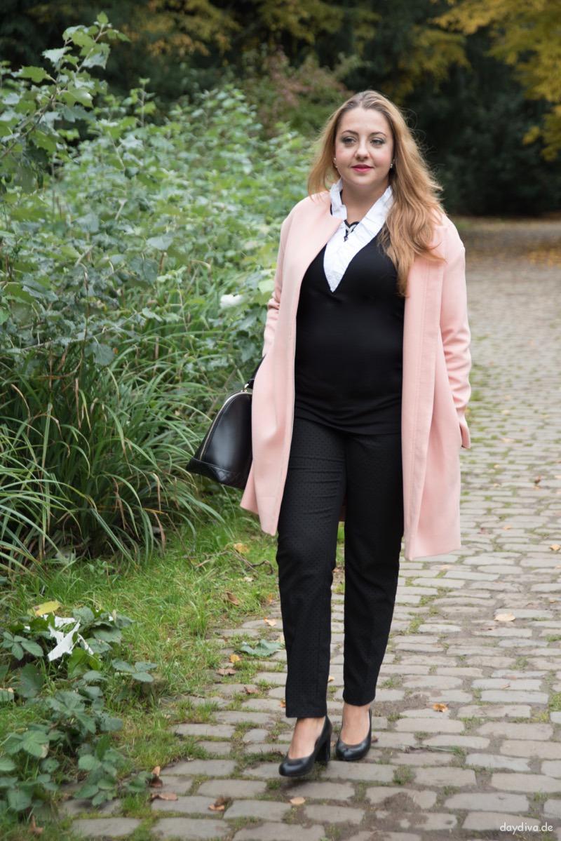 Herbstoutfit mit COS Mantel und schwarzer Pünktchenhose